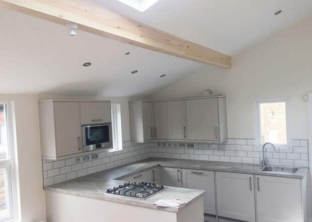 Кухня с демонтированными потолками