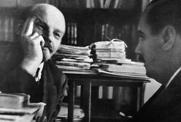 Владимир Ленин беседует с писателем Гербертом Уэллсом в своем кабинете в Кремле, 1920 год