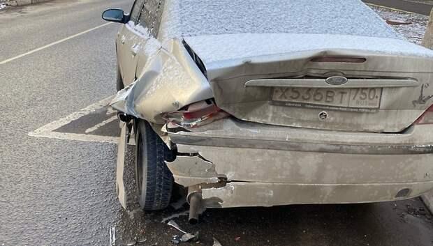 Машина въехала в припаркованное авто в Подольске