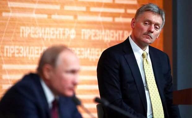 На фото: президент РФ Владимир Путин и пресс-секретарь президента РФ Дмитрий Песков (слева направо) во время большой ежегодной пресс-конференции