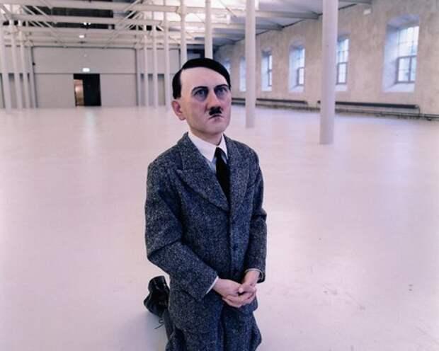 На аукционе Christie's стоящего на коленях Гитлера продали за $17 млн