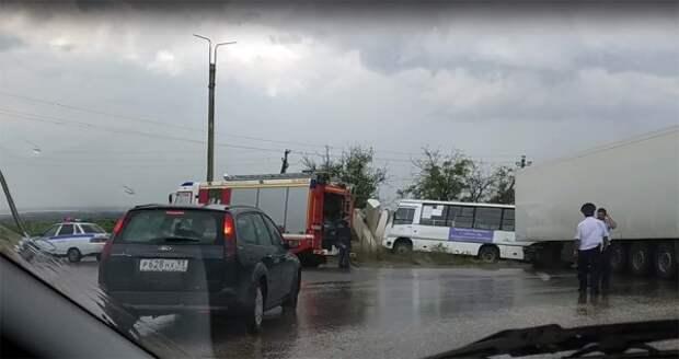ДТП в Крыму: грузовая фура столкнулась с автобусом