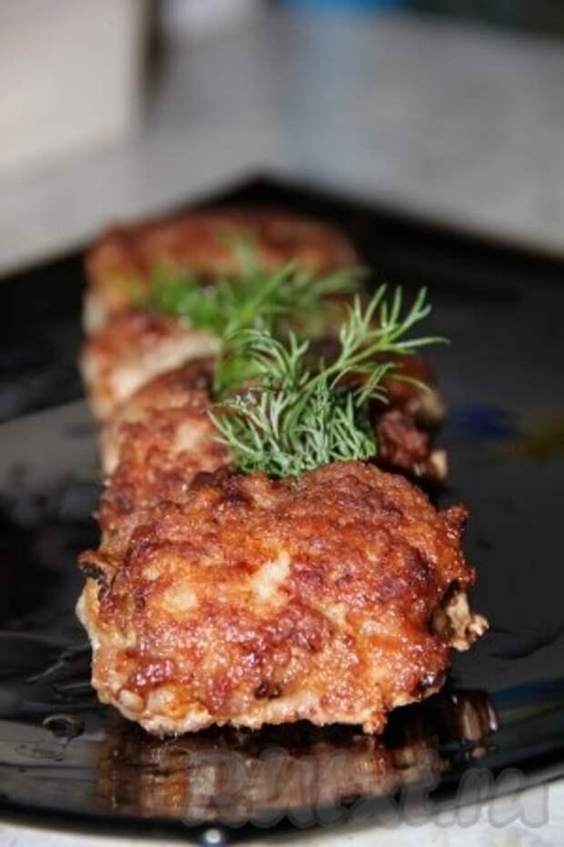 Кто знает, но может аппетитные, сытные и вкусные мясные зразы с грибами, приготовленные по этому рецепту, станут одним из Ваших любимых блюд.