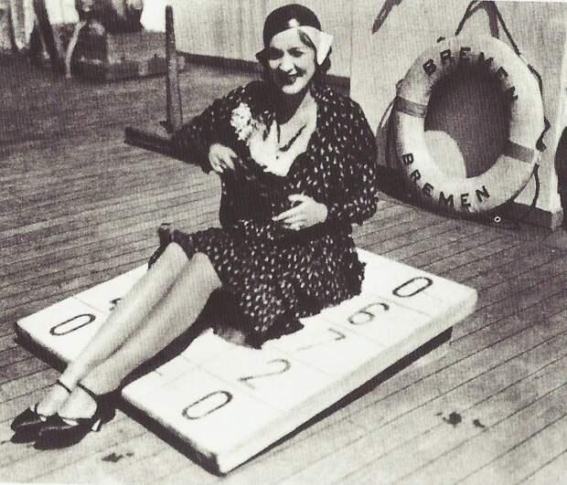 1930. Марлен Дитрих на борту Бремена по пути в Америку