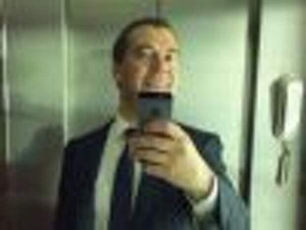Медведев опубликовал в Instagram первое селфи