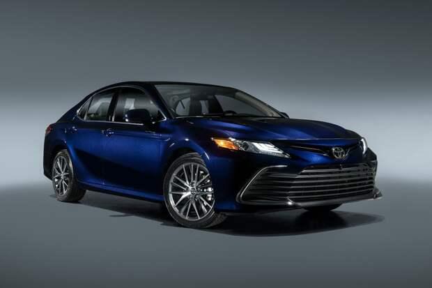 Toyota обновила Camry: безопаснее, с «плавающим» планшетом, минус самая простая версия