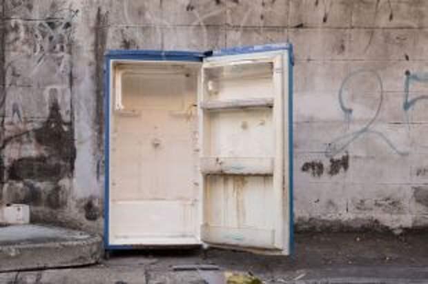 Почему нельзя выбрасывать старые холодильники, не сняв дверцу?