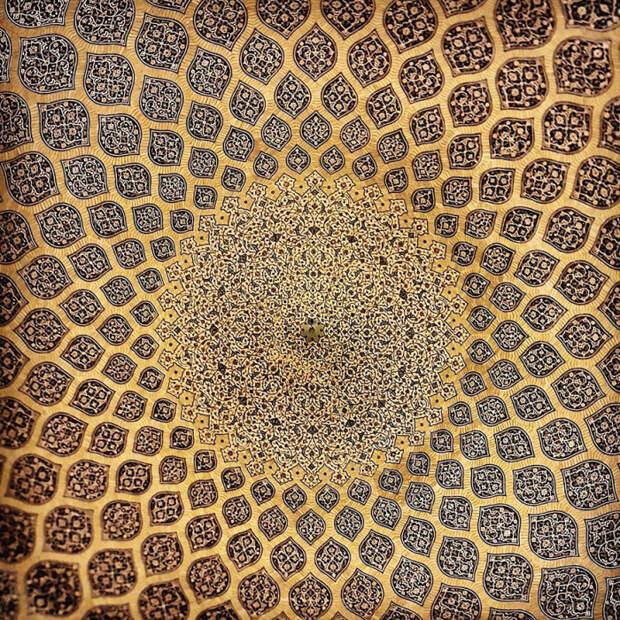 Одной из уникальных особенностей мечети является фигура павлина, расположенная в центре купола.