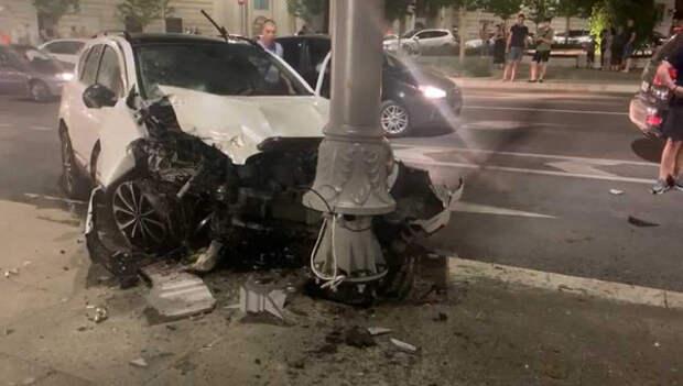 В центре Севастополя иномарка врезалась в столб