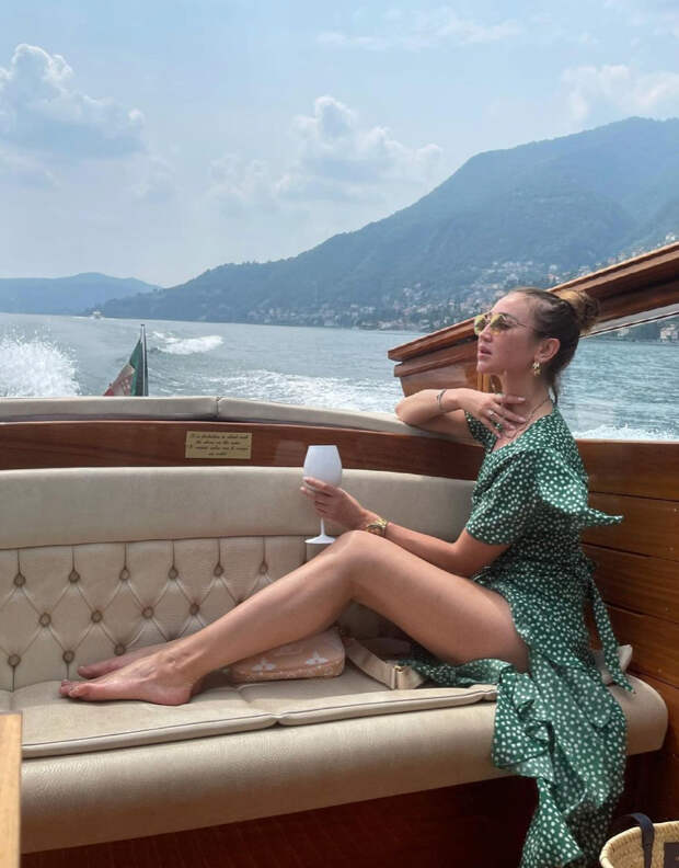 Мини с открытым животом и элегантные миди: какие платья носили Анфиса Чехова, Рената Литвинова и другие звезды этим летом