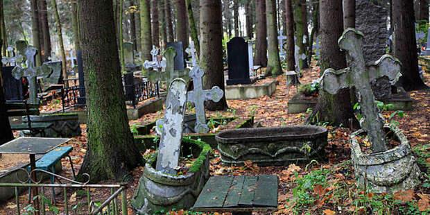 Мужчина гулял по кладбищу после собственных похорон