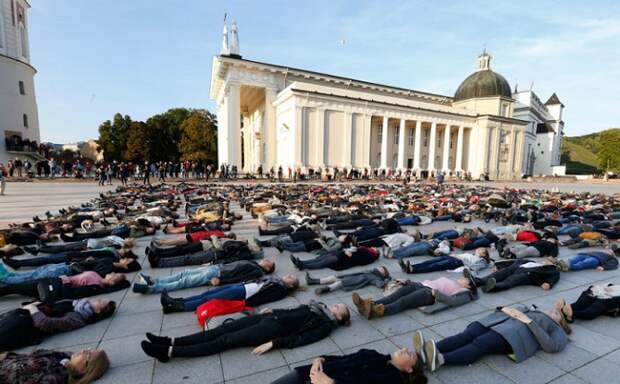 Флешмоб в Литве, призванный обратить внимание на количество самоубийств в стране