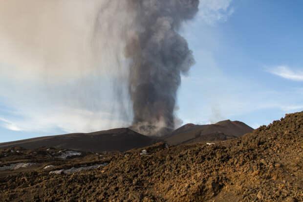 Мощное извержение вулкана Этна в Сицилии