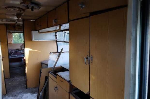 Кухонный гарнитур после разбора хлама. Плитке, раковинам и термоконтейнерам для готовых обедов, увы, приделали ноги. ЛАЗ, ЛАЗ-4969, авто, автобус, кухня, олдтаймер, ретро техника, фудтрак