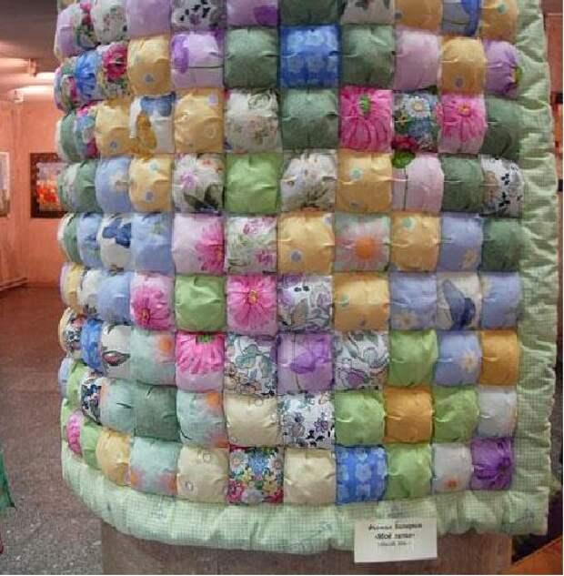 Одеяло в виде наполненных синтепоном квадратиков
