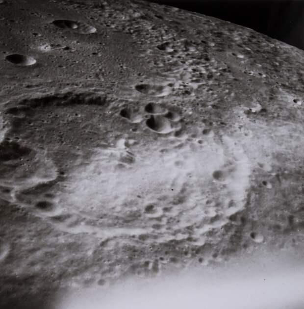 1969. май. Орбитальные пейзажи снятые сквозь левое окно КМ. На снимке кратер Менделеева на обратной стороне Луны