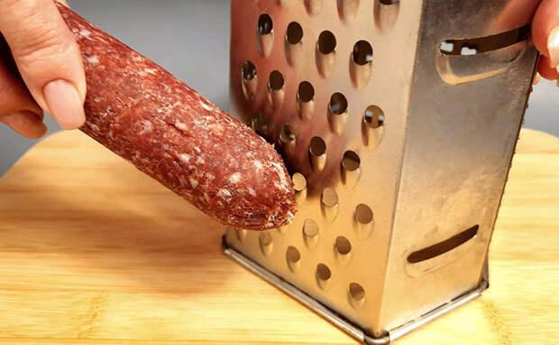 Простая колбаса стала начинкой: натерли на терке и заворачиваем в тесто