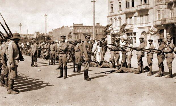 Обучение армянских добровольцев ружейным приёмам на улице Баку. 1918 год