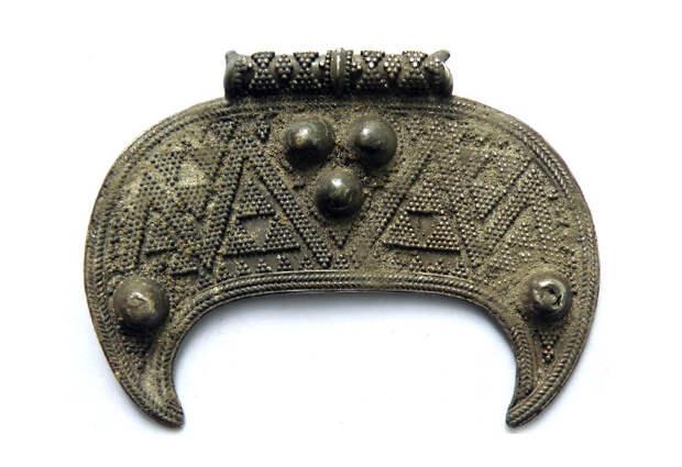 Серебряная лунница со сканью и зернью, X–XI вв
