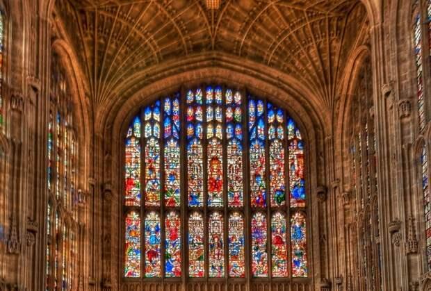 Главное украшение и символ здания — готическая часовня XV–XVI веков с прекрасными витражами.