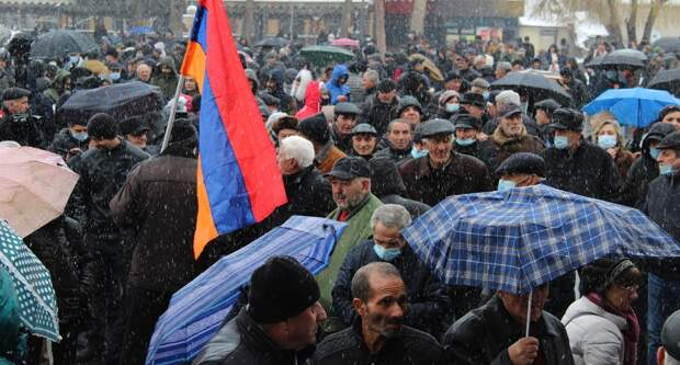 В Ереване начали возводить баррикады