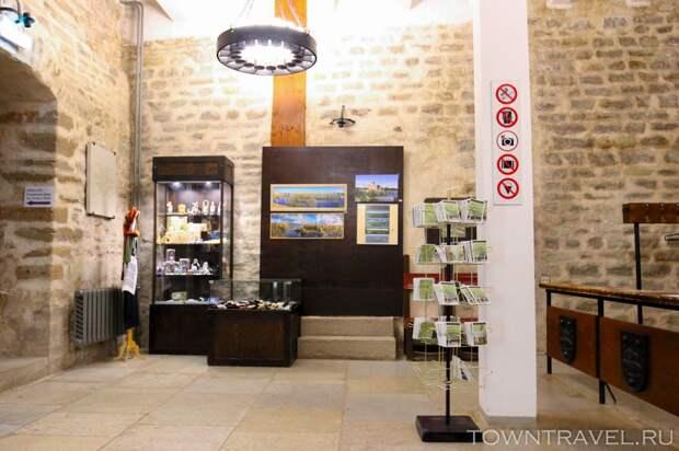 17 Внутри Башни Германа. Касса музея и магнитики