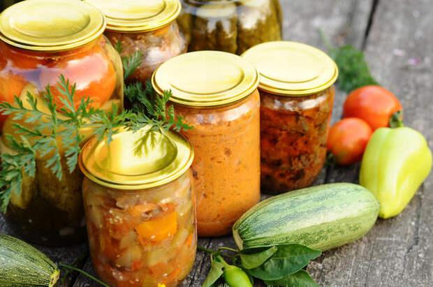Из кабачков получаются вкуснейшие салаты, которые без проблем могут храниться всю зиму