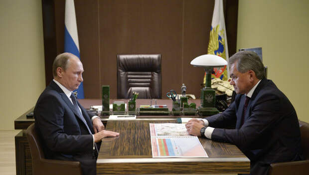 Президент РФ Владимир Путин и министр обороны РФ Сергей Шойгу во время встречи в резиденции Бочаров ручей
