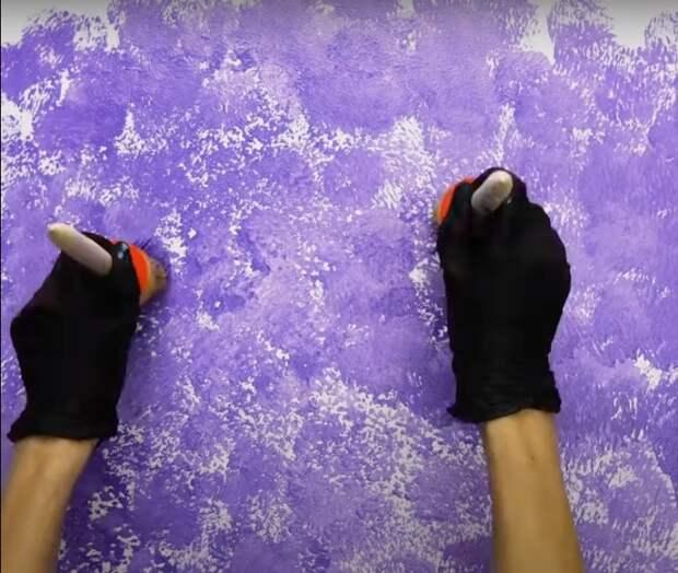Получить нежный неоднородный оттенок на стене позволяет простой лайфхак. /Фото: youtube.com/watch?v=pM0fwBT6h6I