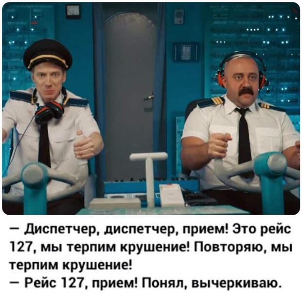 В самолете, на отдых в жаркие страны, летят две блондинки. Вдруг у одной краснеет лицо...