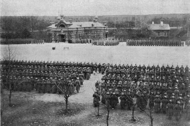 Парад по случаю раздачи Георгиевских крестов в крепости Осовец, январь 1915 года. Фото: Wikimedia