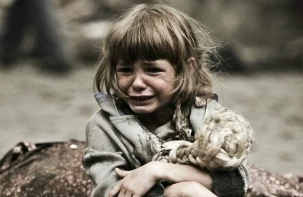 «Нам тут нищие не нужны» - гнобил охранник бездомную девочку.