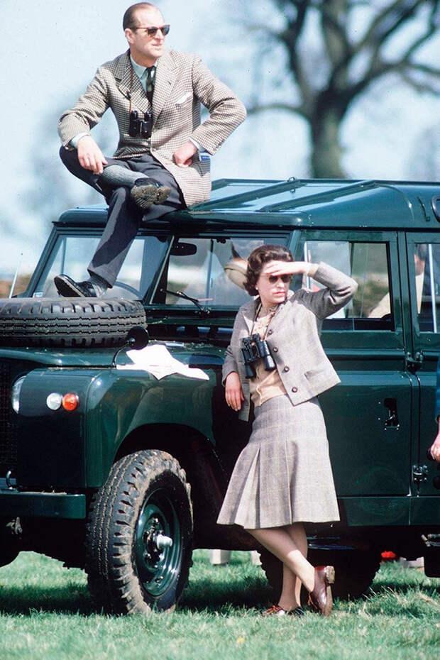 Королева Елизавета II и герцог Эдинбургский наблюдают за состязаниями в конном троеборье, 1968 интересно, история, фото