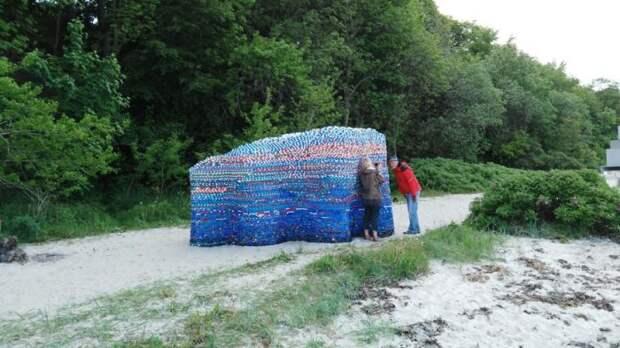 Павильон на пляже, на котором автор собирал крышечки.