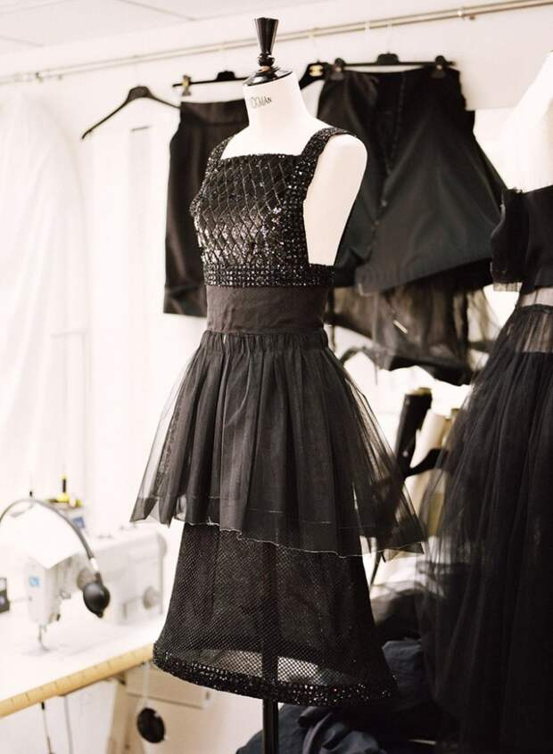 Inside Chanel Couture Atelier (трафик)