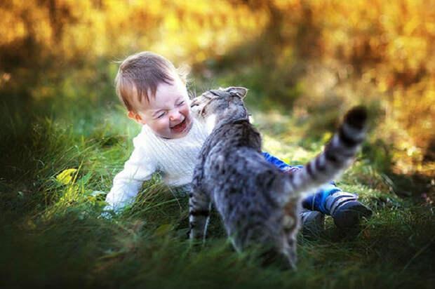Радостный малыш и счастливый кот.