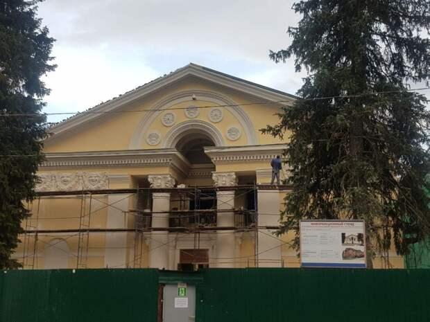 Фотокадр: ремонт фасада культурного центра в Северном