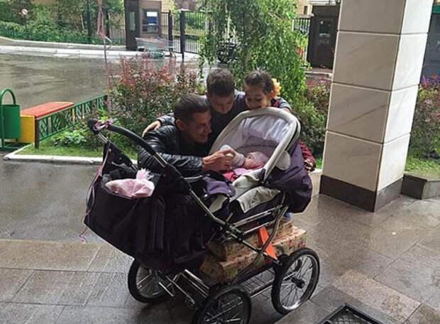 Муж Бородиной показал личико их маленькой дочери