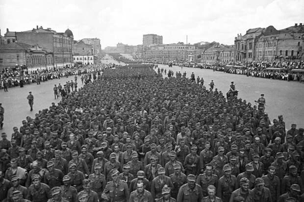 Зачем пленных немцев водили кругами по Москве