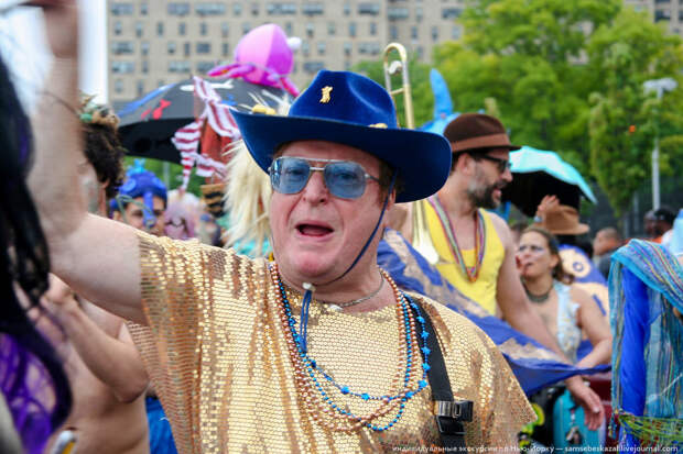 Человек в золоте и ковбойской шляпе кричавший что-то, что я не понял. америкосы, манхетон, руссалки