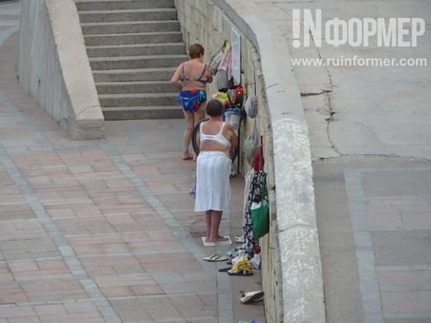 Голые ...опы в центре Севастополя