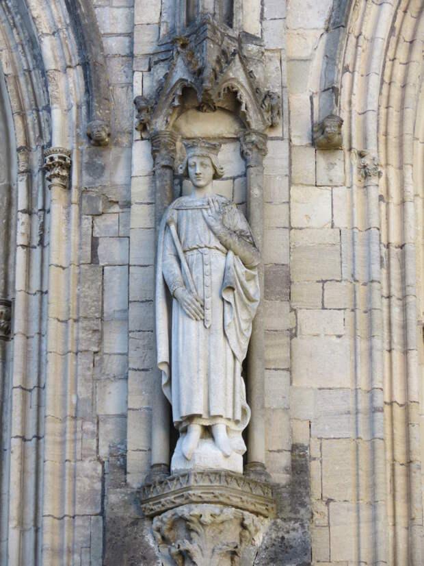 Роберт Гвискар, статуя кафедерального собора в Кутансе.