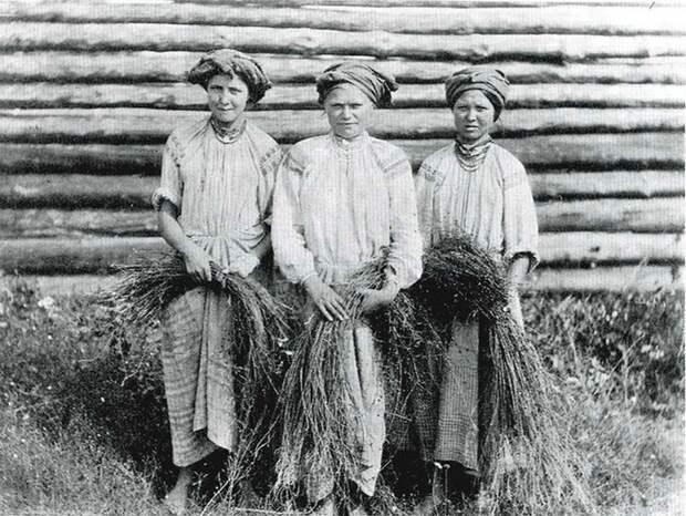Крестьянские девушки со льном.