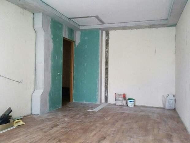 Полностью сделал сам комнату: и дизайн и ремонт (кроме натяжного потолка). Шкаф под заказ, собирали с женой. Делал не торопясь, ушло полгода.