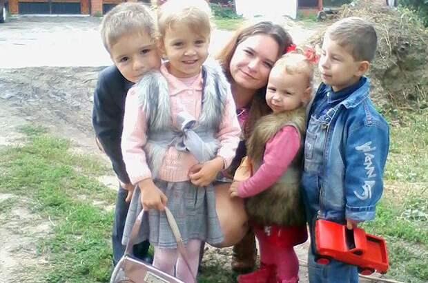 Они смогли совершить такое путешествие и удочерить малышек в рамках акции фонда «Измени одну жизнь» — «Летим за ребенком». Авиакомпания-партнер бесплатно предоставила приемным родителям свои услуги для создания новой семьи. дети, доброта, семья