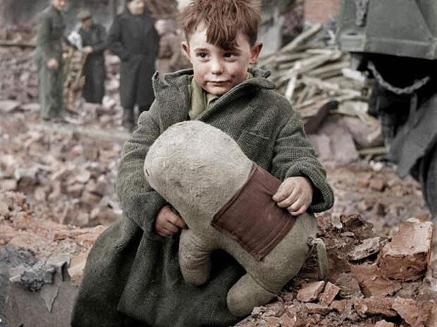 Лондонский мальчик на развалинах своего дома, разрушенного ракетой Фау-2 2 - фото Военный альбом 1939, 1940, 1941-1945