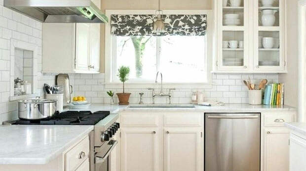 Небольшая угловая кухня в современном стиле с римскими шторами.