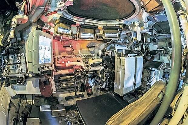 Обороты, скорость, пройденный путь, моточасы отображаются на цветном мониторе. Можно вывести и другие показания. Место механика-водителя – в центре машины. Командир – слева, десантник и по совместительству стрелок курсового пулемета – справа. Рычаг полуавтоматической коробки передач и штурвал управления. Черная кнопка в центре ступицы включает режим вращения на месте.