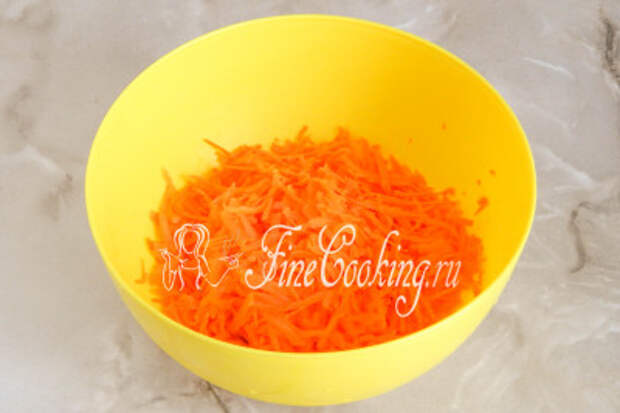 Теперь очищаем и измельчаем морковь на крупной терке
