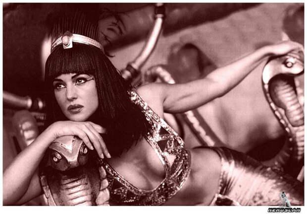 Моника Белуччи (Monica Bellucci) в фотосессии для фильма «Астерикс и Обеликс: Миссия «Клеопатра» (Asterix & Obelix Meet Cleopatra) (2002), фотография 12